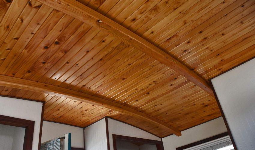 дерево в отделке потолка